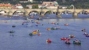 The highlight: crews approaching Staroměstký Weir and Charles Bridge